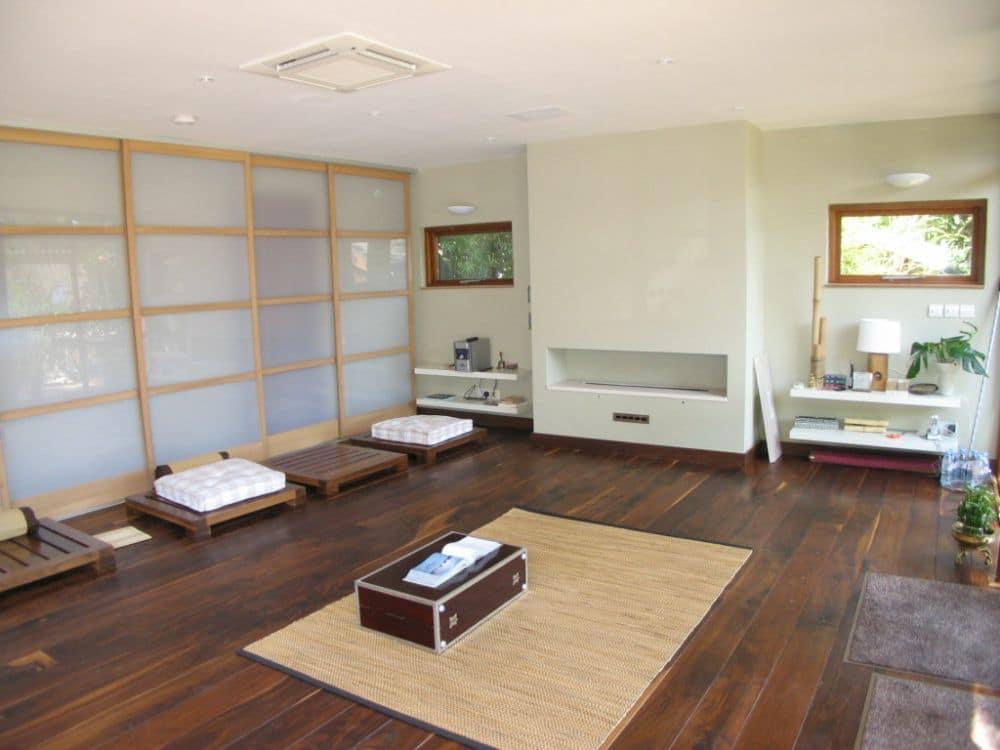 Minimalist style with screens in garden room by The Garden Escape.